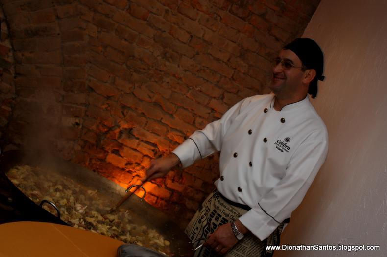 Nosso chefe de cozinha preparando a paella.